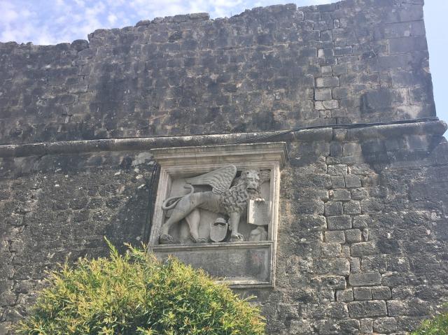 コトル旧市街正門の近くに飾られているヴェネツィアの獅子
