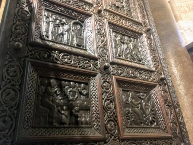 聖ドムニウス大聖堂の扉:1つの扉に14場面掘られている