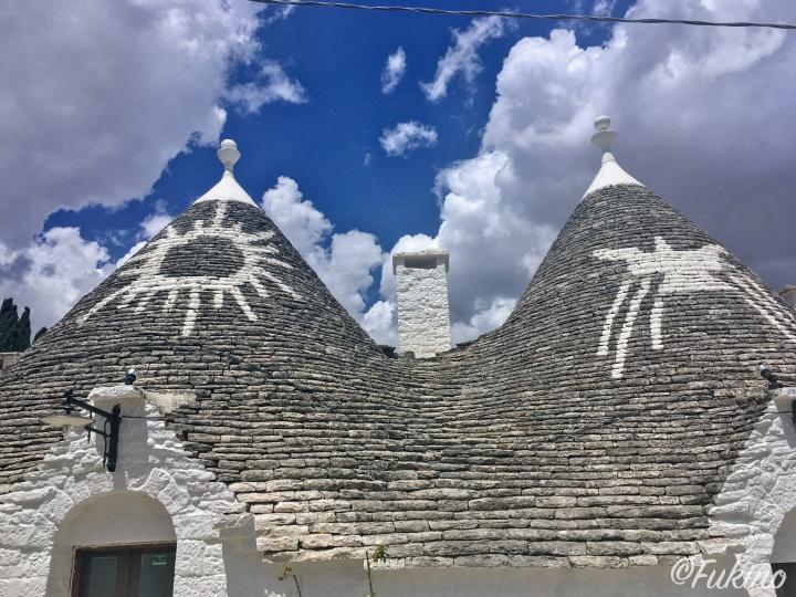 とんがり帽子のような屋根ががわいいアルベロベッロのトゥルッリ