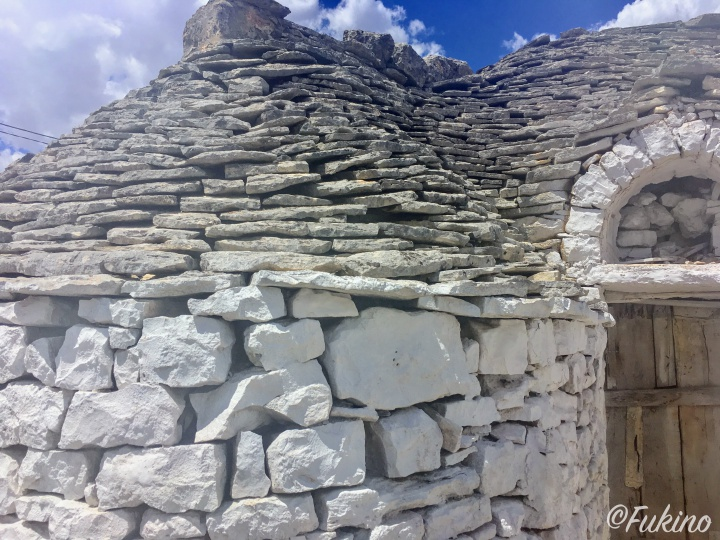 石を積み上げることで建てられているトゥルッリ