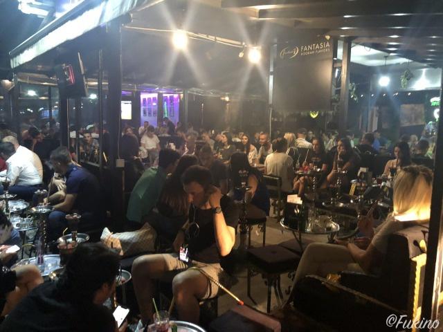ビールやシーシャ(水タバコ)を楽しむ人たち@City Pub
