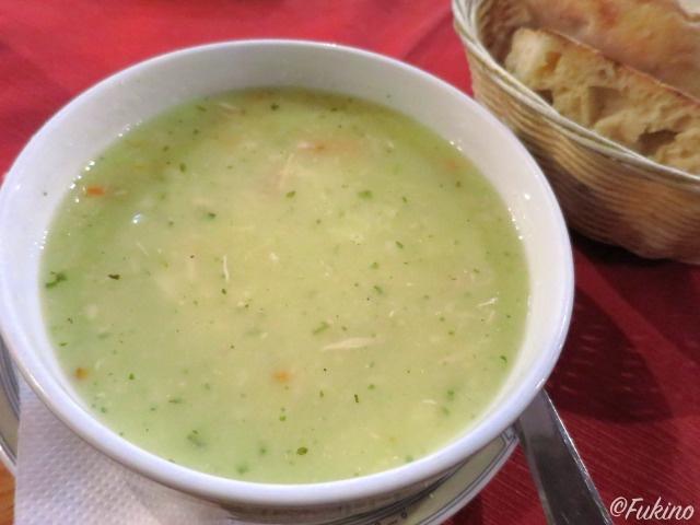 チキンとオクラが入った 「Begova čorba:ベゴバ・ちチョルバ」というスープ@Morića Han