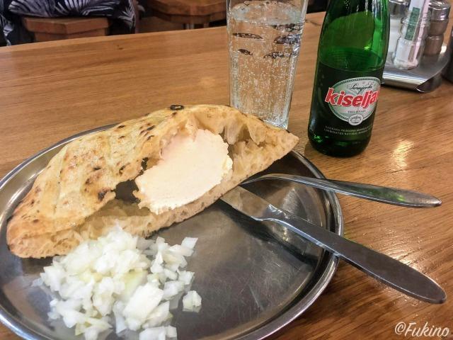 チーズがたっぷり挟まれたチェバプチチ(Ćevapčići)@Ćevabdžinica Željo