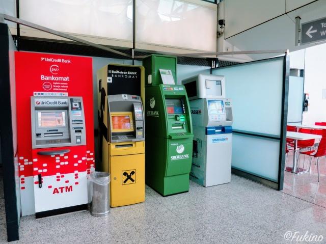 サラエボ国際空港1FにあるATM(カフェの横)