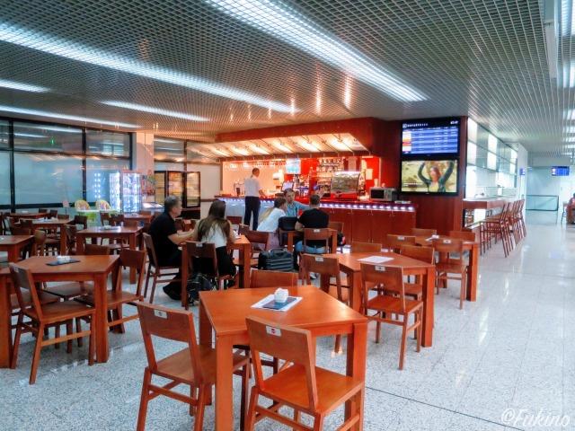 サラエボ国際空港2Fのカフェスペース(カウンター)