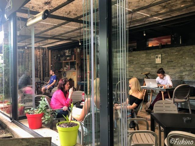 それぞれの時間をカフェで過ごす利用者たち