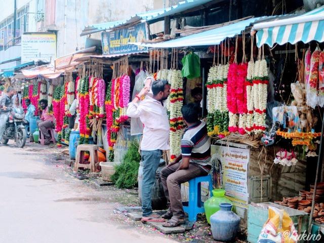 インドの路上でジャスミンを含む花を売っている路店
