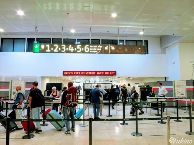 特急列車のホームへ入場する際の手荷物チェックカウンター