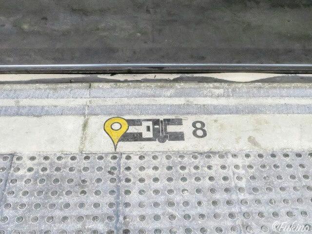 ホームの地面に描かれている車両番号