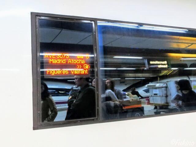 電車の窓の行き先(Figueres Vilafant)を確認