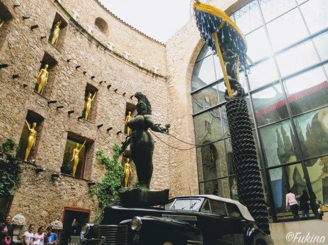ダリ劇場美術館に入ってすぐの所にある中庭