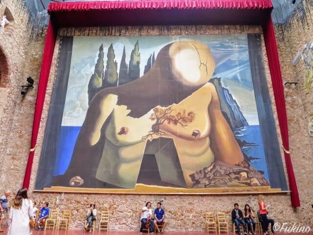 コーティヤードに飾られた巨大画