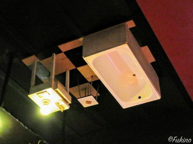 メイ・ウエストの部屋の展示室の天井にはお風呂や机などのオブジェが取り付けられている