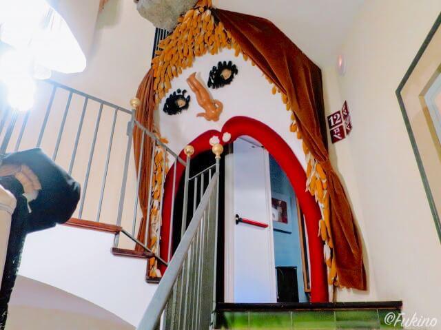 階段を上がっていると突如現れる顔