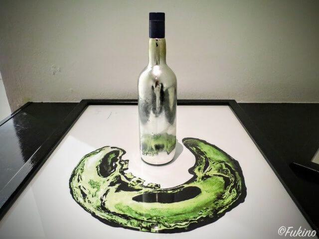 ボトルに映し出される絵を楽しむ作品