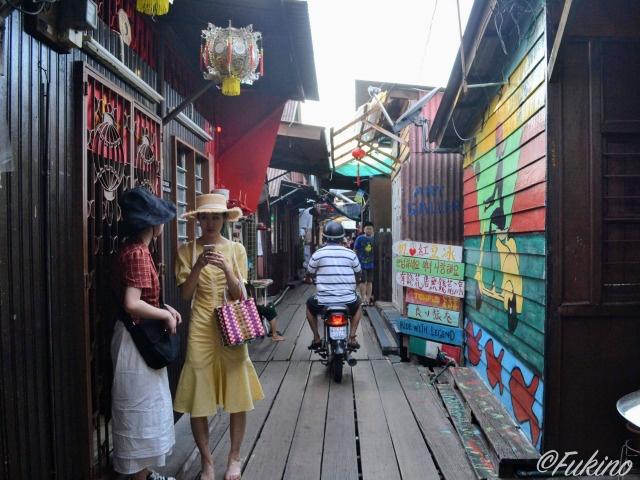 観光客とローカルが行き交うチュー・ジェッティの小道